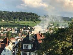 Der erste Hinweis auf den Brand im Linsebühl: Die Rauchfahne vom Rosenberg her gesehen. (Bild: Martin Oswald)