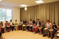 Die Versammlung wurde mit rhythmischen Klängen der Trommelgruppe gestartet. (Bild: Bilder: Hans Hidber)