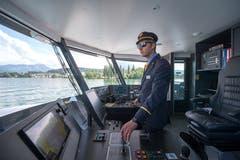 Thomas Wey, 2. Schiffsführer, steuert den Katamaran in Richtung Bürgenstock. (Bild: Dominik Wunderli (Luzern, 24. Mai 2018))