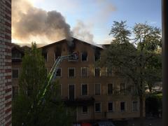 Die Feuerwehr bekam die Flammen rasch in den Griff, was sich von aussen an der langsam abnehmenden Rauchentwicklung zeigt. (Bild: Christoph Sprecher)