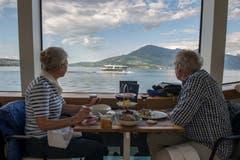 Gäste geniessen die Aussicht. (Bild: Dominik Wunderli (Luzern, 24. Mai 2018))