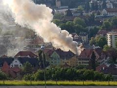 Der Brand des Mehrfamilienhauses Linsebühlstrasse 105 zeichnete sich durch eine ausserordentlich grosse Rauchentwicklung aus: Die Rauchfahne von Dreilinden her. (Bild: Sabine Rüthemann)