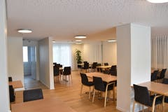 Die modernisierte Cafeteria hat eine neue Deckenbeleuchtung erhalten. Zusätzlich ist die Decke mit einer eingebauten Lautsprecheranlage und mit einer induktiven Anlage für Hörgeräte ausgerüstet. (Bild: Timon Kobelt).
