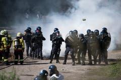 Polizisten proben in Schüpfheim den Ernstfall und schützen Feuerwehrleute vor Demonstranten (Bild Corinne Glanzmann, 25. Mai 2018).