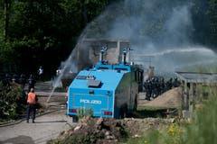 Bei der Übung der Polizeikorps von Luzern, Nid- und Obwalden in Schüpfheim kommt auch ein Wasserwerfer zum Einsatz (Bild Corinne Glanzmann, 25. Mai 2018).