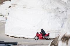 Ein Töfffahrer kurz vor der Gotthard-Passhöhe. (KEYSTONE/Urs Flueeler)