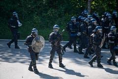 Bei der Übung der Polizeikorps von Luzern, Nid- und Obwalden in Schüpfheim machen sich Polizisten bereit für die Einkesselung von Demonstranten (Bild Corinne Glanzmann, 25. Mai 2018).