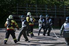 Polizisten schlüpfen an der Polizei-Übung in Schüpfheim in die Rolle von Aktivisten und greifen Feuerwehrleute an (Bild Corinne Glanzmann, 25. Mai 2018).