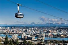 Die «Portland Aerial Tram» ist eine Luftseilbahn in Portland (Oregon) / USA. Sie ist 1033 Meter lang und bewältigt einen Höhenunterschied von 145 Metern. Die beiden Kabinen fassen 78 Personen und können bei Windgeschwindigkeiten bis zu 80km/h fahren. (Bild: Tim Jewett / Garaventa)