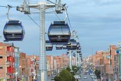 Die «Linea Azul» verbinden die bolivianischen Städte La Paz und El Alto miteinander. Die Seilbahn ist 4893 Meter lang und kann 300 Personen pro Stunde und Richtung transportieren. Es ist die längste Stadtseilbahn der Welt. (Bild: PD / Vassil Anastasov)
