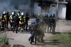 Bei der Polizei-Übung in Schüpfheim schützen die Polizisten die Feuerwehrleute vor gewaltbereiten Demonstranten (Bild Corinne Glanzmann, 25. Mai 2018).