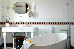 Badezimmer mit freistehender Wanne und obligatem Montana-Entchen. Bild: PD