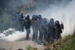 Polizisten schützen sich bei der Polizei-Übung in Schüpfheim vor Aktivisten (Bild Corinne Glanzmann, 25. Mai 2018).