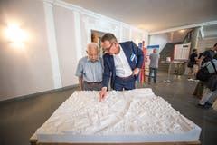 Kantonsbaumeister Hans-Urs Baumann beim Austausch mit einem interessierten Bürger. Bild: Roger Grütter
