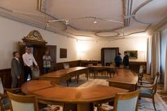 Besucher bestaunen den Regierungsratssaal. Bild: Roger Grütter