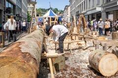 Holzverarbeitung vor 500 Jahren: In der Marktgasse werden aus grossen Baumstämmen Schindeln produziert. (Bild: Hanspeter Schiess)