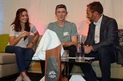Olympia-Silbermedaillengewinnerin Mathilde Gremaud und Andri Ragettli im Gespräch mit Moderator Christian Graf.