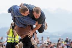 Joel Wicki (links) bei seinem Sieg über Philip Wüthrich im 4. Gang. (Bild: Urs Flüeler / Keystone (Hohenrain, 27. Mai 2018))