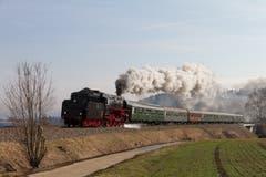 Dampflok 01-519 mit dem Extrazug auf der hinteren Höllentalbahn bei Deisslingen (D) im Schwarzwald, bevor die Bahnstrecke für Modernisierung und Elektrifizierung ab April 2018 für zwei Jahre geschlossen wurde. (Bild Erich Würgler, 25.3.2018)