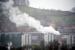 So kennt die Bevölkerung im benachbarten Quartier Bruggen das Kehrichtheizkraftwerk: vom Siedlungsgebiet aus ist nur die Spitze des Kamins mit Rauchfahne sichtbar. (Bild: Urs Jaudas - 1. Februar 2013)