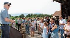 Vor hundert geladenen Gästen sagte Pro-Riet-Präsident Ignaz Hugentobler über den Torfwürfel: «Mi hät's fascht us de Schueh ghaue, won'en dänn gseh ha.» (Bild: Bilder: Gert Bruderer)