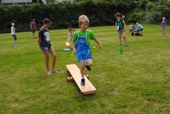 Regionaler Kinderspieltag in Buochs. Im Eiltempo gehts über das Hindernis. (Bild: Rosmarie Berlinger (Buochs, 26. Mai 2018))
