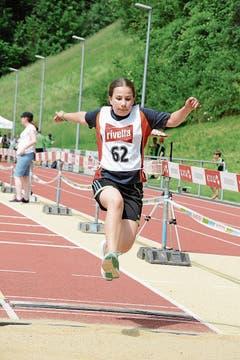 Anna Holenstein vom Turnverein Oberhelfenschwil beim Weitsprung. (Bild: Beat Lanzendorfer)