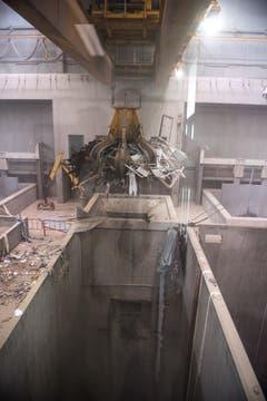 Erste Station des Abfalls ist der Bunker, wo mehrere Kräne im Einsatz sind. (Bild: Roger Grütter / Perlen, 28. Mai 2018)