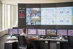 Blick in den Kommandoraum - er ist 24 Stunden besetzt, denn der Betrieb läuft rund um die Uhr. (Bild: Roger Grütter / Perlen, 28. Mai 2018)