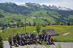 """Die Gruppe """"Brisi"""" posiert vor den Churfirsten. (Bild: Timon Kobelt)"""