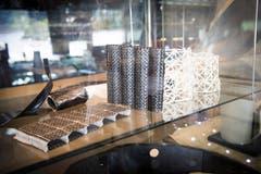 3-D Carbon-Glasfaserstrukturen für Textilbeton. Sie werden bei der Sanierung von Brücken und Strassen eingesetzt.
