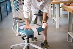 Der digitale Bürostuhl mit 4 integrierten textilen Drucksensoren erkennt die exakte Sitzposition und gibt ein Feedback zur ergonomischen Haltung, hilft also Rückenbeschwerden vorzubeugen.
