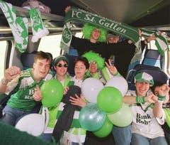 Auch im Zug geben sich die St.Galler Fans siegessicher. (Ralph Ribi)
