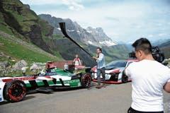 Im Clip mit den beiden E-Fahrzeugen sind Fahrerin Rahel Frey und Alphornspieler Enrico Lenzin zu sehen. (Bild: Bilder: Urs Hanhart (Spiringen, 28. Mai 2018))