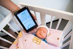 Ein Baby-Phone, das fühlen kann. Integriert in die Babymatratze soll es den plötzlichen Kindstod verhindern helfen: Es misst Atmung, Puls, Temperatur, Feuchtigkeit und Bewegung.