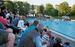 Das Ambiente im Schwimmbad Hörnli: Vorne das Sportbecken mit der Wasserball-Action, hinter den Bäumen der Bodensee mit Weitblick. (Bild: Bilder: Mario Gaccioli)
