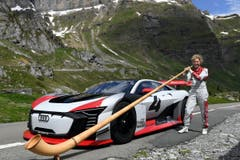 Fahrerin Rahel Frey übt sich als Alphornspielerin. (Bild: Audi AG, Spiringen, 28. Mai 2018)