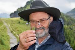 Paul Ambühl interessiert sich seit seiner Kindheit für Alpenblumen. Nebst seiner Arbeit bei der Luftseilbahn bietet er Blumenwanderungen auf der Ebenalp an.