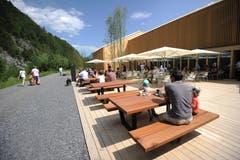 Der Aussenbereich des Restaurants lädt zum gemütlichen Verweilen ein. (Bild: Urs Hanhart (Schattdorf, 31. Mai 2018))