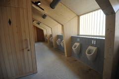 Die sanitären Anlagen befinden sich im Obergeschoss und bieten Ausblicke ins Schächental und auf die Reuss. (Bild: Urs Hanhart (Schattdorf, 31. Mai 2018)