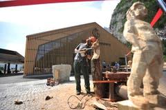 ...und Holzbildhauern über die Schultern schauen, wie sie originelle Figuren aus Baumstämmen schnitzten. (Bild: Urs Hanhart (Schattdorf, 31. Mai 2018)