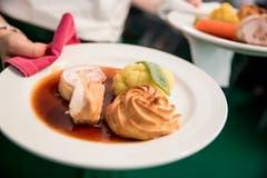 Den Gästen wird ein Dreigang-Menü aus regionalen Produkten serviert.