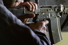 Ein Schütze mit dem Sturmgewehr 57. (Bild: Benjamin Manser)