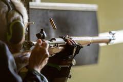 Ein Karabinerschütze lädt nach. Die ausgeworfene Patronenhülse des letzten Schusses scheint über dem Gewehr zu schweben. (Bild: Benjamin Manser)