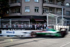 Zuschauer verfolgen den Brasilianer Luca di Grassi vom Team Audi Sport ABT Schaeffler. (Bild: Sebastian Schneider / PPR (Zürich, 10. Juni 2018))