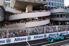Der Portugiese Antonio Felix da Costa rast an den Zuschauern vorbei durch Zürich. (Bild: Ennio Leanza / Keystone (Zürich, 10. Juni 2018))