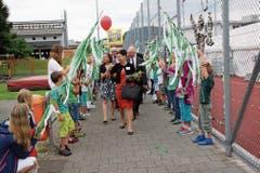 Die Schulkinder von Lütisburg standen mit grünweissen Bändern Spalier. (Bild: Martin Knoepfel)