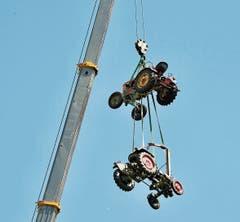 Zwei in die Höhe gehievte Traktoren sind das Wahrzeichen des Oldtimertreffens.