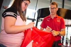 Stephan Lichtsteiner gibt Shania ein Autogramm am Flughafen. (Bild: Melanie Duchene / Keystone (Zürich, 11. Juni 2018))