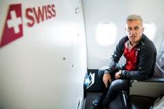Nati-Trainer Vladimir Petkovic sitzt gleich hinter dem Piloten in der ersten Reihe in der Businessklasse (Bild: Laurent Gilliéron / Keystone (Zürich, 11. Juni 2018)).